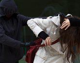mężczyzna atakuje kobietę
