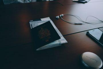 paszport leżący na stole