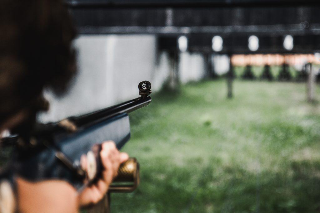 osoba strzelająca na strzelnicy